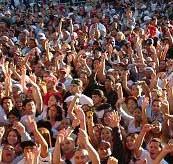Gente disfrutando en un festival de música