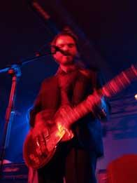 Alfaro de Los Surfin' Bichos durante su actuación en la sala santana