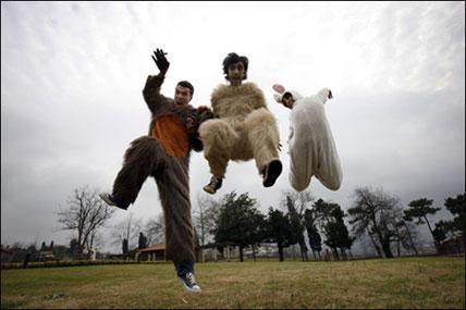 Xoel Lopez y amigos durante un respiro en la grabación del videoclip del tema 'Colillas en el Suelo'