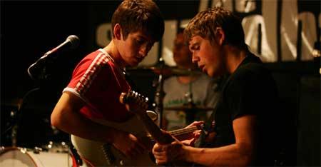 Los Arctic Monkeys en medio de una actuación