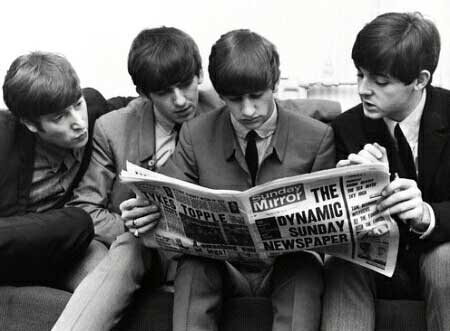 Imagen de los Beatles leyendo un periodico