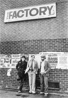 Tony Wilson, en el centro, junto con Peter Saville y Alan Erasmus