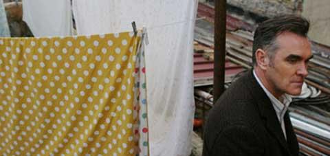 Morrisey colgando la ropa