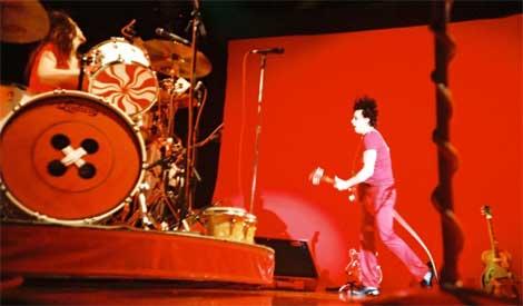 The White Stripes durante una actuación en directo