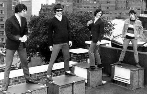 El grupo The Kinks posando en una azotea