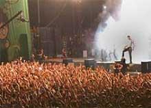 Gente disfrutando de un concierto en un festival veraniego