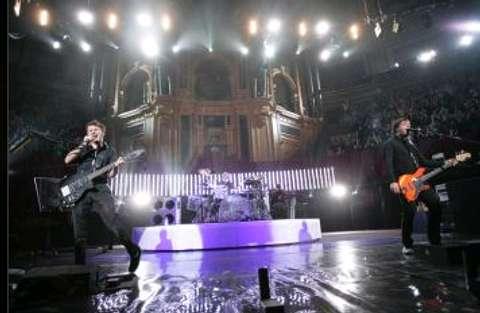 Muse durante el concierto en el Royal Albert Hall de Londres