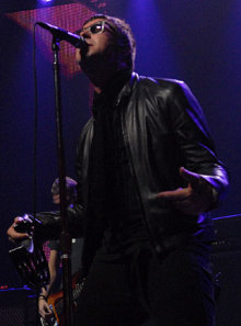 Liam Gallagher durante el concierto de Oasis en el BBC Electric Proms 2008