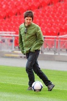 Noel Gallagher jugando con un balón de fútbol