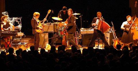 Los canadienses Arcade Fire durante un concierto
