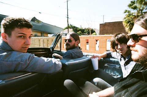 Los Arctic Monkeys de paseo en un descapotable