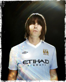 Liam Gallagher con la camiseta del Manchester City