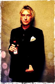 Paul Weller tomando una cerveza