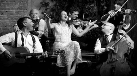 Foto promocional de Noa con la Solis String Quartet