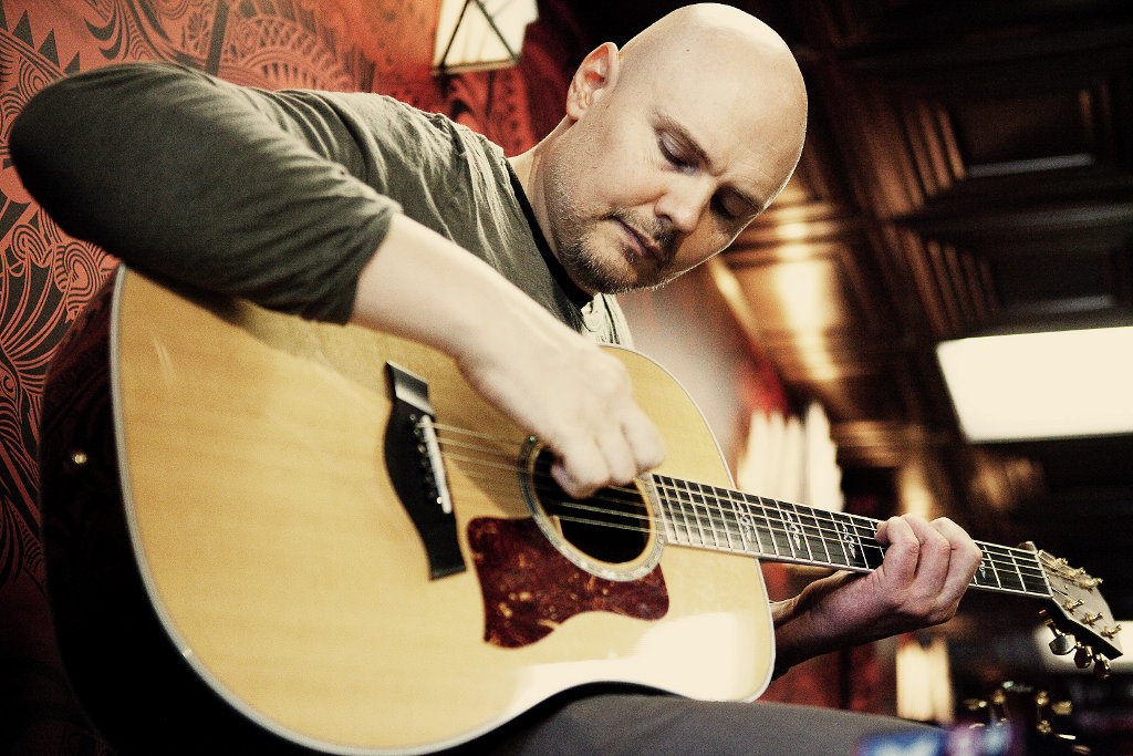 Billy Corgan tocando la guitarra